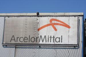 Fassadenkletterer reinigt Arcelor Mittal Pakat