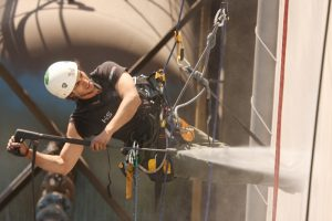 Kletterer bei Höhenarbeiten / Reinigung