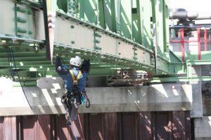 Kletterer unter der Brücke