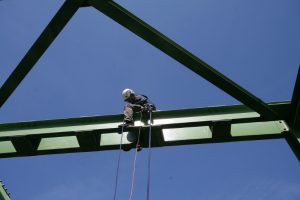 Höhenarbeiter auf Brückenpfeiler