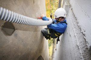 Kletterer in Fassadenspalt