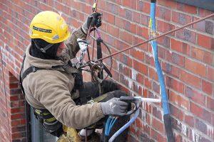 Industriekletterer arbeitet im Seil