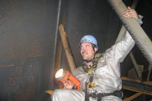 Höhenarbeiter im Schacht