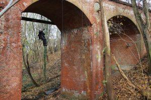 Kletterer unter Brücke