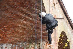 Berufskletterer klettert an Brücke