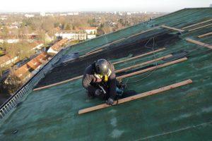 Dachkletterer sichert Sturmschaden