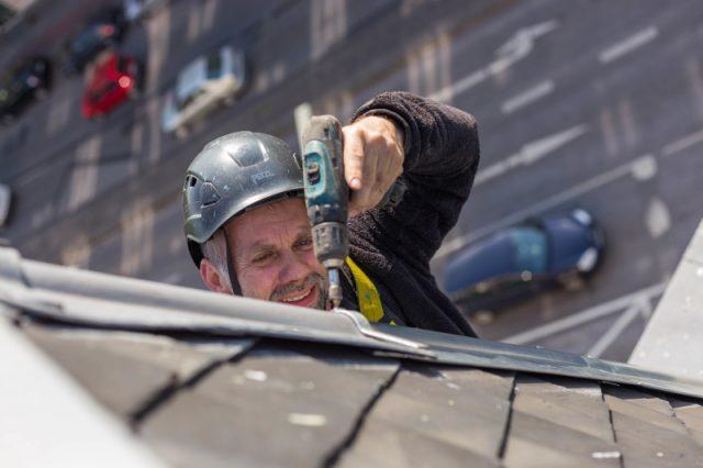 Dachdecker beseitigt Sturmschaden ohne Gerüst