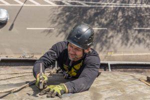 Dachkletterer bei Schieferarbeiten in Klettertechnik