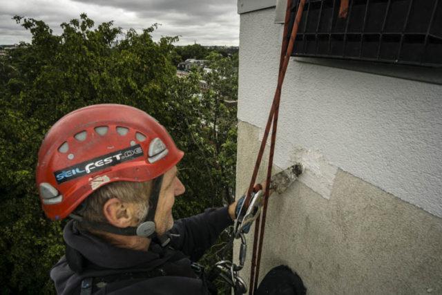Fassadenkletterer schließt Spechtloch in Hamburg