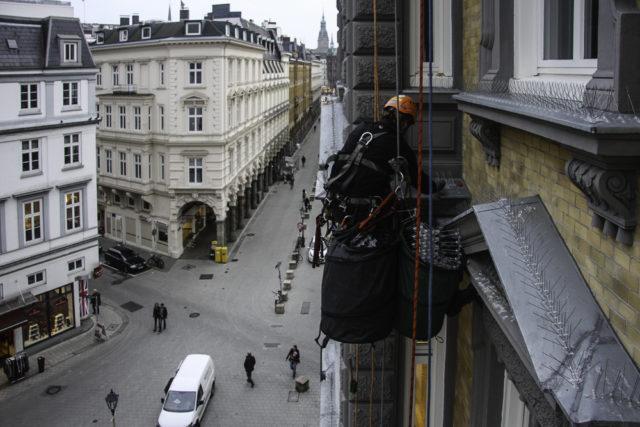 Taubenspikes montage an einer Fassade