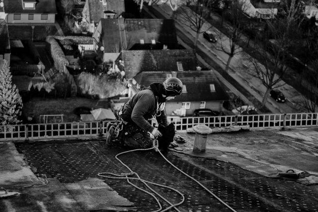 Gefahrenbeseitigung an einem Hochausdach in Hamburg