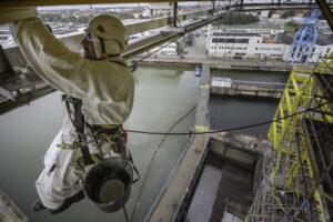 Industriekletterer streicht Konstruktion einer Plattform
