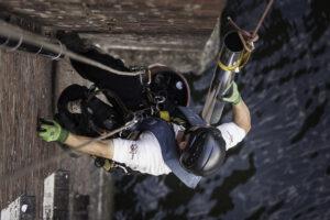 Kletterarbeiter führt Montagearbeiten durch