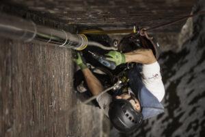 Höhenarbeiter befestigt ein Fallrohr