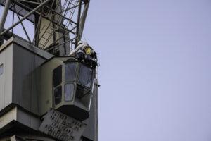 Höhenarbeiter am Kran