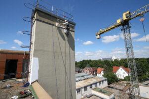 Industriekletterer streichen Schornstein