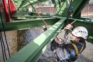 Industriekletter unter einer Brücke