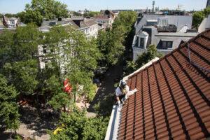 Industriekletterer auf einem Dach