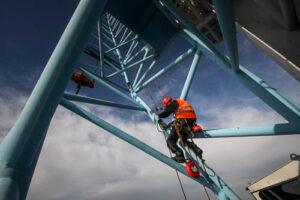 Industriekletterer klettert am Kran