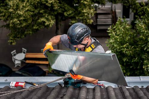 Industriekletterer bei Dacharbeiten