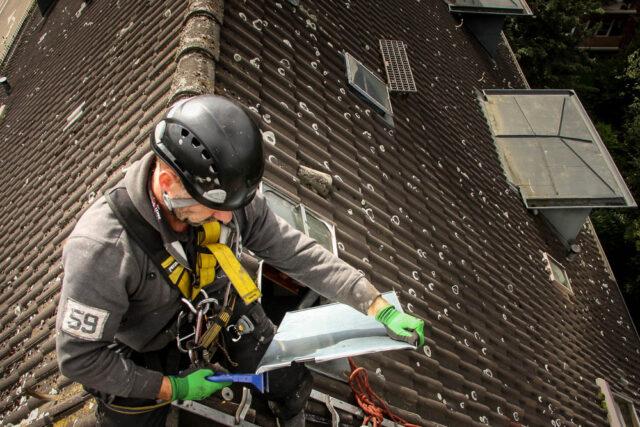 Kletterer bei Arbeiten auf dem Dach