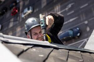 Kletterer repariert Sturmschaden am Dach