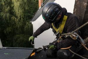 Industriekletterer und Dachdecker bei der Arbeit