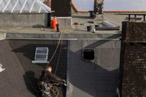 Dachdecker bei Kletterarbeiten