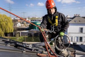 Höhenarbeiter montiert eine Seilsicherung