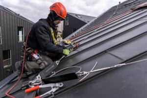 Höhenarbeiter bei Dacharbeiten