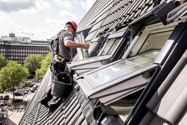 Industriekletterer repariert Velux Fenster