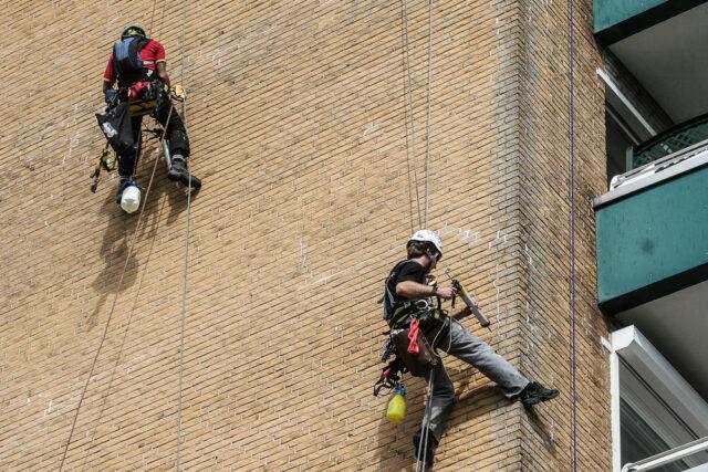 Abdichtarbeiten an einer Fassade