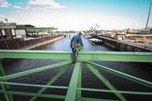 Industrikletterer steht auf einer Brücke