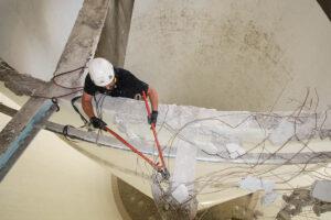 Höhenarbeiter sichert Abbruchkante