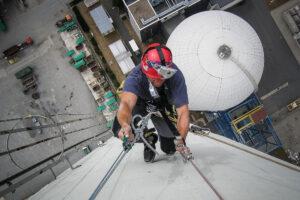 Industriekletterer klettert an einem Schornstein