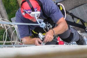 Höhenarbeiter bei einer Inspektion