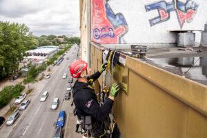 Industriekletterer bei Sturmschadenbeseitigung