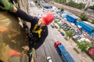 Kletterer repariert Metallfassade