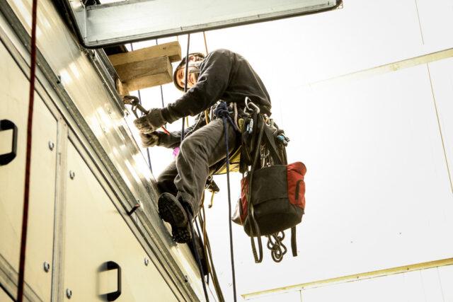 Kletterarbeiter bei Montagearbeiten