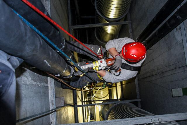 Höhenarbeiter bei Arbeiten in einem Schacht