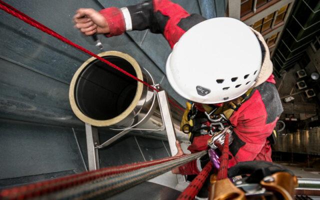Industriekletterer bei der Höhenarbeit